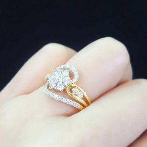 9110046 แหวนเพชรแต่งดอกพิกุลกลางเล่นดีไซน์สวย