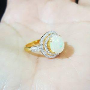 10020054 แหวนโอปอลผลึกสวยล้อมเพชรขนาดกำลังดี